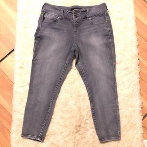 🌺 Torrid Capri Jeans